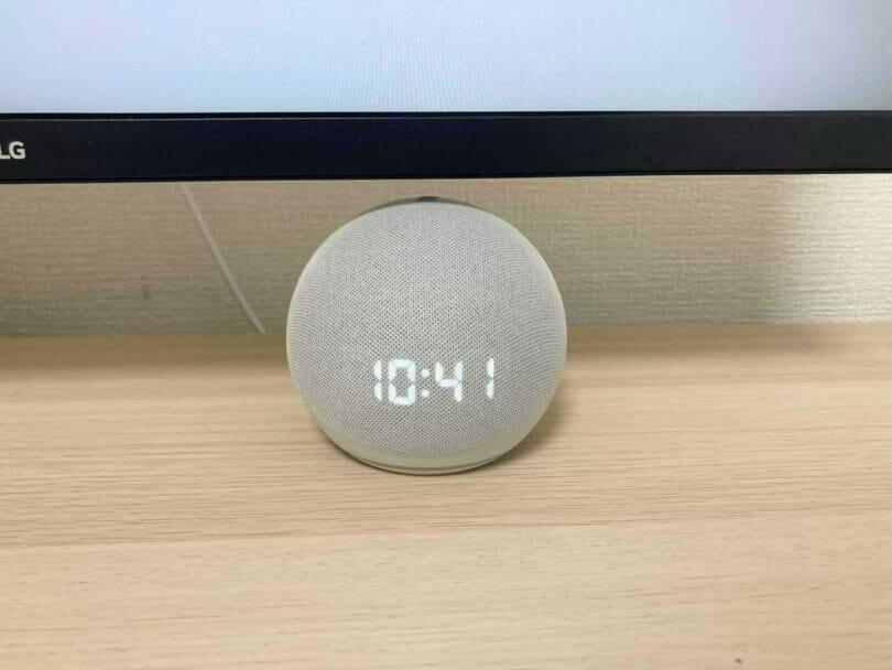 Echo DotはPCモニターの隙間にも配置できる