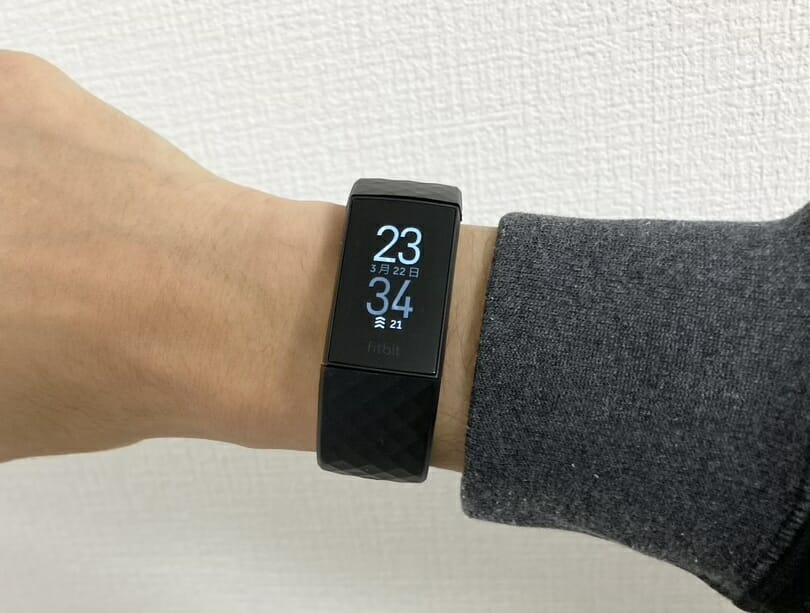 Fitbit Charge 4を腕に装着